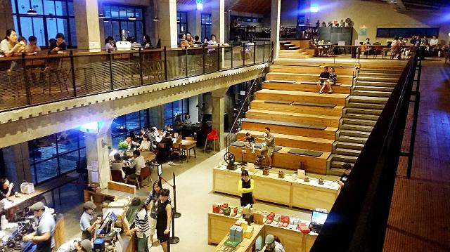 [AJU VIDEO] 这是公园?图书馆?不,这只是一家巨大无比的咖啡店!!