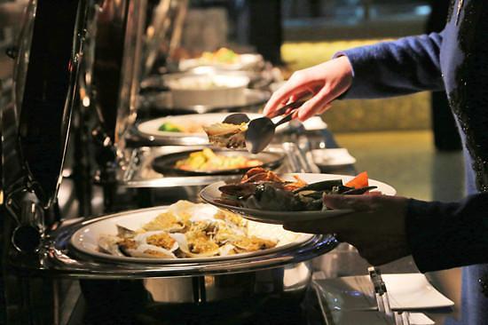 盘子里的小山很刺眼 中国人在韩吃自助被批太浪费