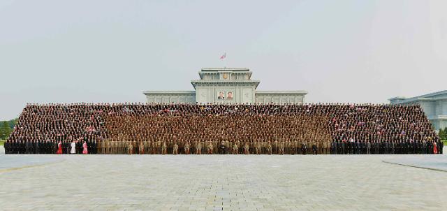 """密集恐惧症慎点!朝鲜""""火星-14""""发射成功集体纪念照公开"""