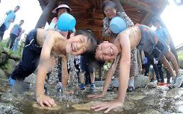 .[PHOTO] Children get drenched in well water to beat summer.