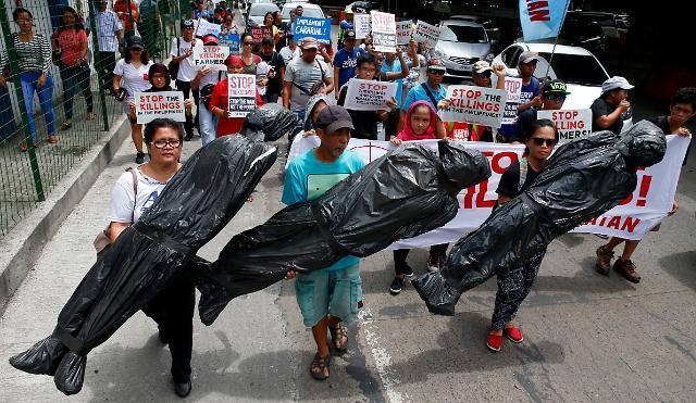취임1년 필리핀 두테르테 정권, 마약전쟁·계엄령에도 삶의질 개선↑