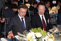 문재인 대통령, 대기업 총수들과 첫 만남… '노타이 호프 형식'으로 격식 파괴