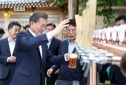 .文在寅啤酒又火了!总统与企业家喝酒话经济 这两家企业人气销售双丰收.