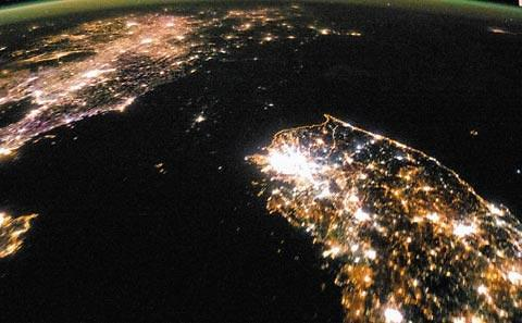 人工卫星夜视图看朝鲜经济:2000年以后更亮更发达