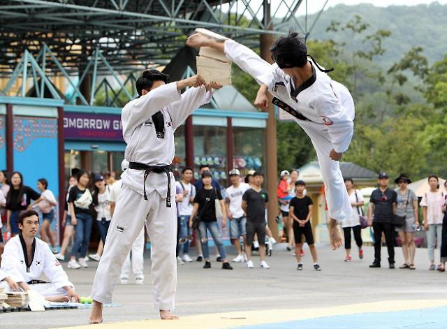 飞身一脚!爱宝乐园举办光复节跆拳道特别公演