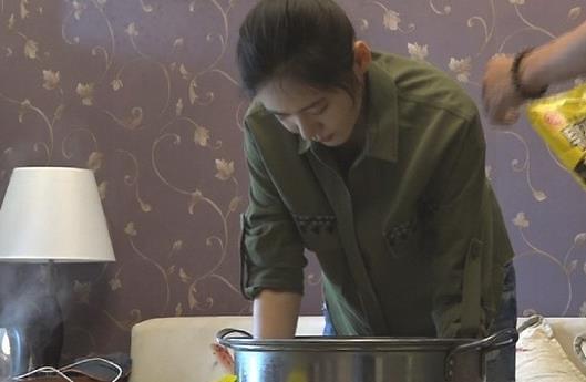 《同床异梦2》预告 秋瓷炫为于晓光和剧组制作百人份炸鸡