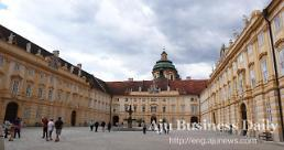 .[AJU PHOTO] Visiting majestic Melk Abbey in Austria.