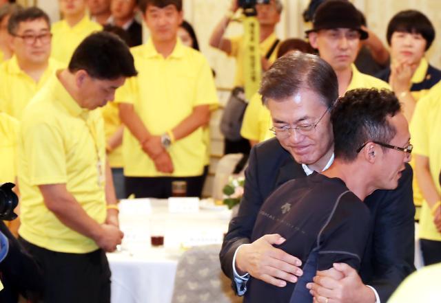 문재인 대통령, 진실 규명 위해 최선 다하겠다 세월호 피해자 가족들에게 공식 사과(종합)