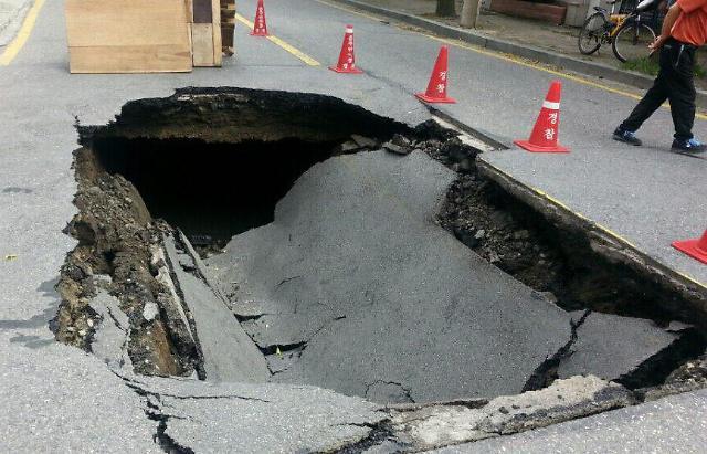 围观!韩国大田路面塌陷成深坑