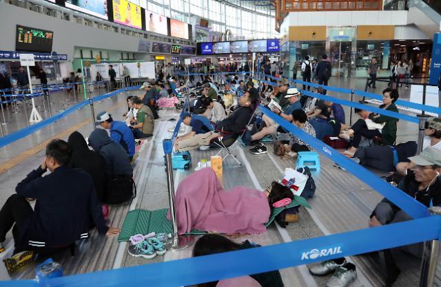 中秋火车票预售今日开始 市民排队购票
