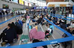 .中秋火车票预售今日开始 市民排队购票.