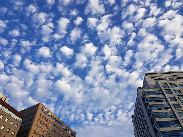 告别闷热夏日 首尔迎超美蓝天