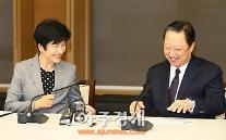 [AJU PHOTO] 김영주 장관 -박용만 회장, '함박웃음'