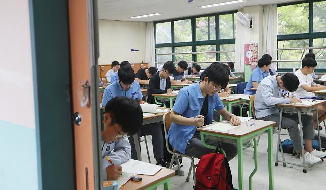 韩国今年高考考生跌破60万 复习生占比增加