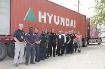 現代商船、米台風被害地域に救援物資の伝達
