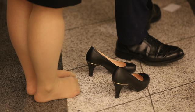 在韩国找个工作容易吗 年轻人赤脚排队面试
