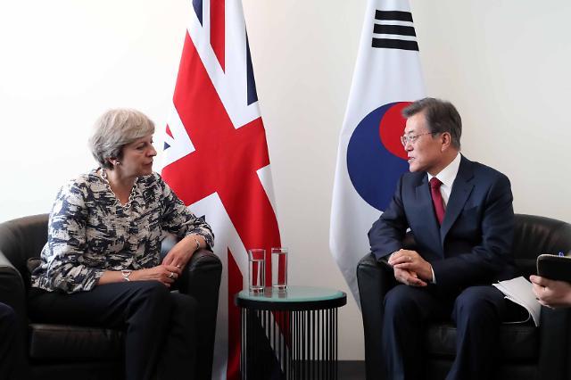 문 대통령, 테레사 메이 영국 총리와 첫 회담…北도발 단호한 대응