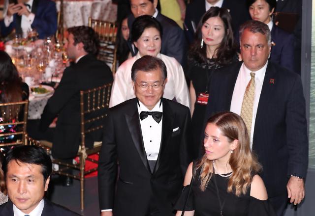 文在寅身着燕尾服出席全球公民奖颁奖典礼