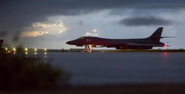 """美军轰炸机飞越朝鲜东部海域示威 朝鲜呛声将""""先发制人"""""""