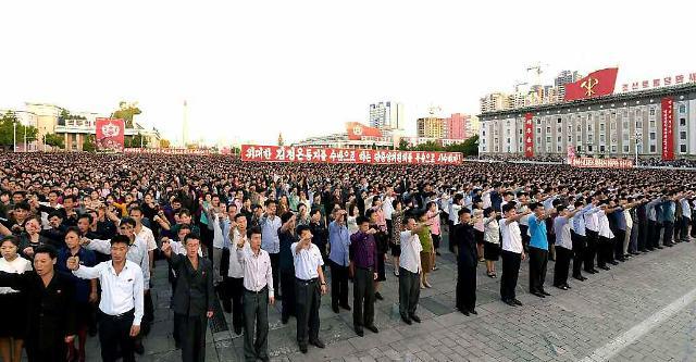 十万军民在朝鲜平壤举行集会
