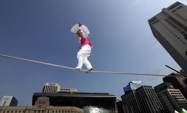 惊险!韩国艺人广场走钢丝