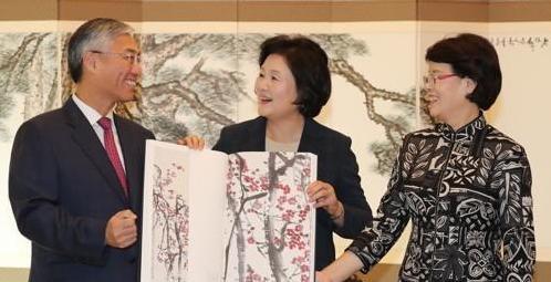 韩第一夫人接见中国大使获赠齐白石全集