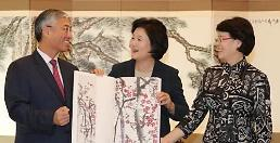 .韩第一夫人接见中国大使获赠齐白石全集.