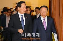 [AJU PHOTO] 북한 노동당 창건일 72주년, 대화나누며 국무회의 입장하는 송영무-홍남기