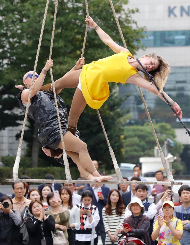 芬兰艺人在首尔举行公演 姿势亮瞎眼