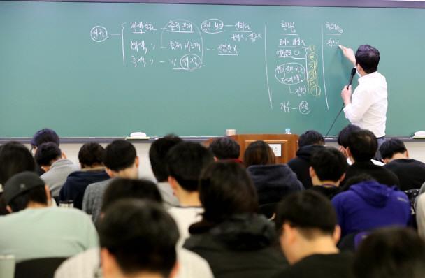 """韩青年每天学习时间较10年翻一番 逾四成求职者有个""""公务员梦"""""""