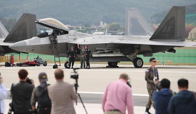 美国F-22和F-35A战机亮相首尔