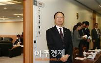 [AJU PHOTO] 긴장의 연속, 취임 후 첫 국정 감사 맞이한 최흥식 금융감독원장