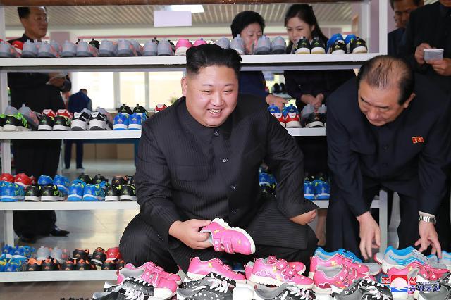 金正恩携夫人李雪主视察柳原制鞋厂