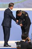 [AJU PHOTO] 문재인 대통령과 악수하는 배우 마동석 (72주년 경찰의 날)