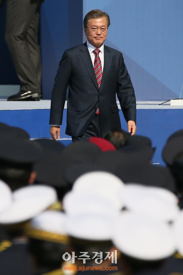 [AJU PHOTO] 흐믓한 미소 보이는 문재인 대통령 (72주년 경찰의 날)