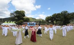 .[PHOTO] Visitors participate in mass dance performance at traditional festival.