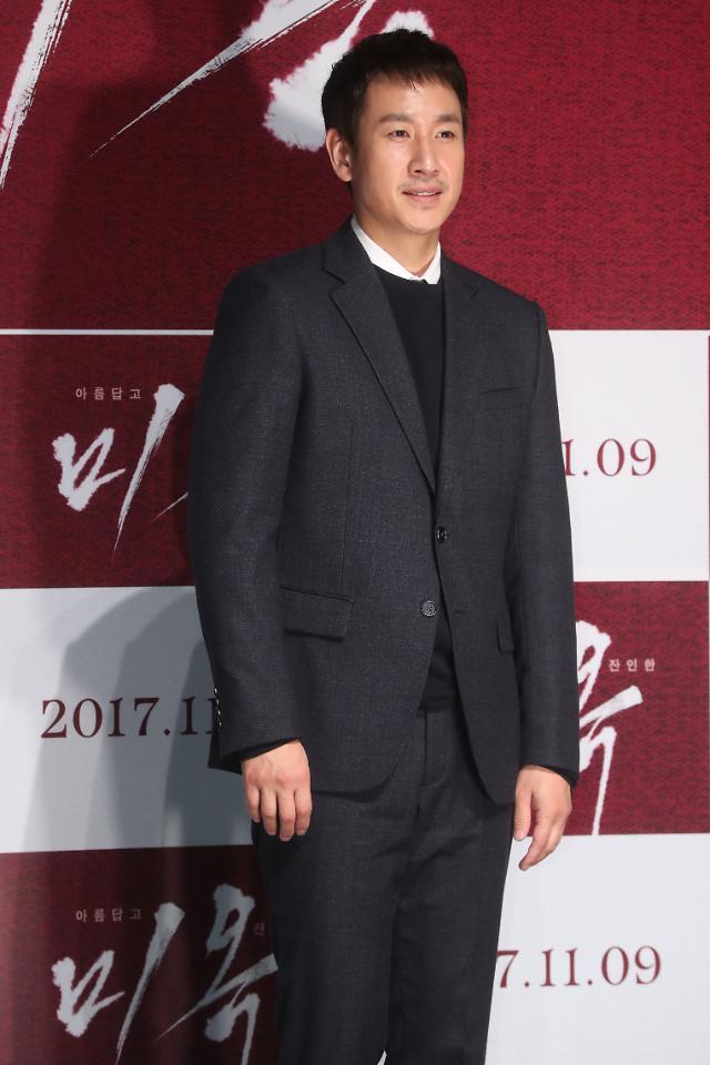 [아주스타 #데일리룩] '미옥' 이선균, '가을가을'한 그레이슈트…'댄디 매력 UP'