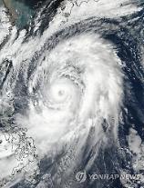 [아주동영상] 일본 태풍 영향에 최소 5명 사망...항공편 400여 편 결항 등 피해 확대