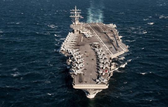 韩美军方高层视察里根号核动力航母