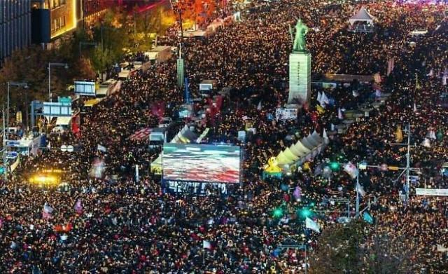 烛光集会一周年 星星之火照亮韩国民主主义道路