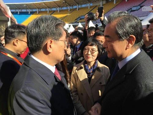 韩国驻华大使卢英敏首次会晤中国外长王毅