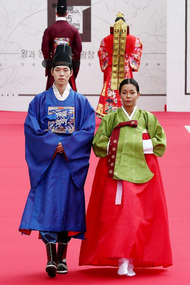 首尔举行韩服时装秀