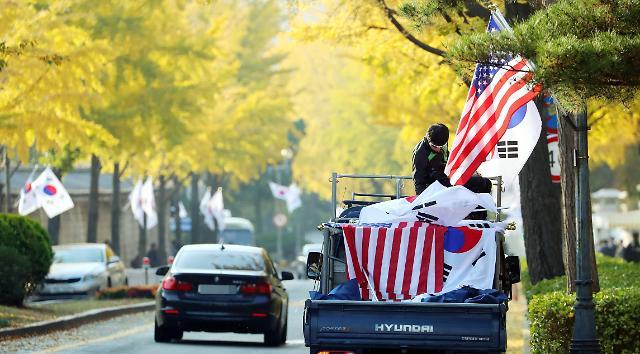 青瓦台前道路两旁星条旗飘扬