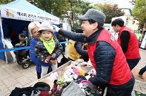 KT, '방한복 나눔' 행사 진행…쪽방촌 주민들에게 선물