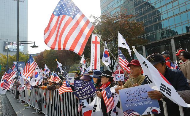 首尔市民舞旗欢迎特朗普访韩