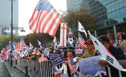 .首尔市民舞旗欢迎特朗普访韩.