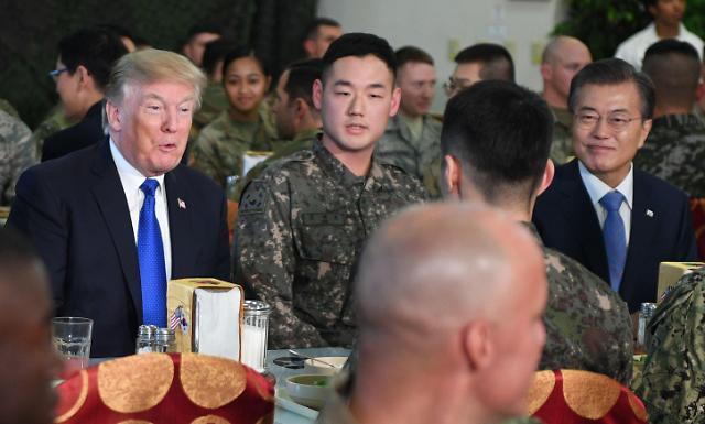 韩美首脑访问汉弗莱营 同官兵共进午餐