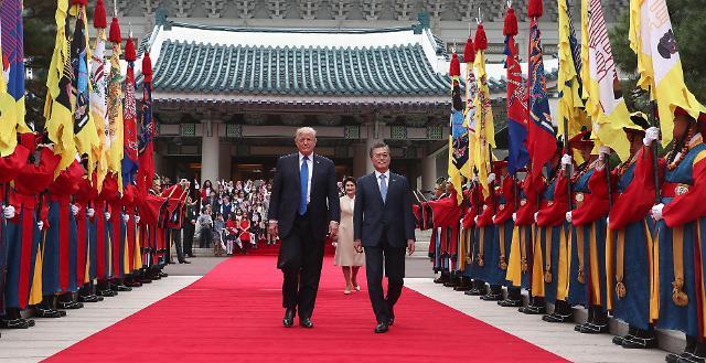 韩美元首检阅仪仗队