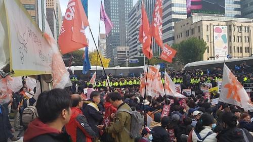 韩警方强势执法压制反特朗普示威