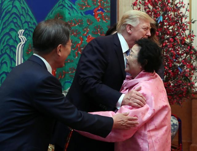 特朗普拥抱日军慰安妇幸存者